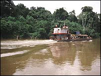 Embarcación en el r�o Amazonas