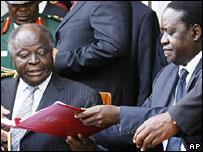 Kenyan President Mwai Kibaki (L) and opposition leader Raila Odinga sign the deal