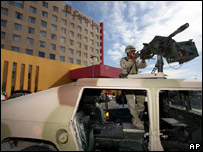 Un soldado en el Hotel Camino Real de Ciudad Juárez