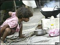 Una niña en un barrio pobre de India