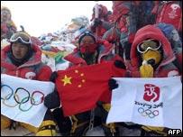 Equipo escalador con la antorcha ol�mpica en Everest