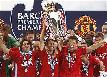 Ryan Giggs lifts the Premier League trophy