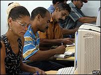 Trabajadores cubanos en un curso de capacitación.