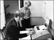بیل گیتس و پل آلن در حال کار با کامپیوترهای اولیه