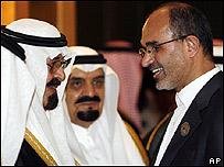 El rey de Arabia Saudita, Abdulá bin Abdelaziz (izq) con el ministro del Petróleo iran�, Gholam Hossein Nozari