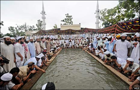 Ritual ablutions at the Red Mosque on 6 July 2008.