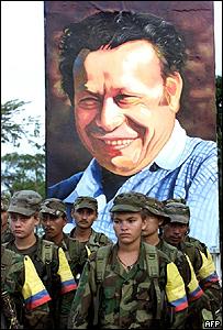 Miembros de las FARC frente a retrato de Marulanda.