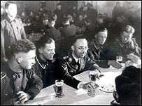 Heinrich Himmler (en el centro con lentes), rodeado por oficiales de las SS nazis