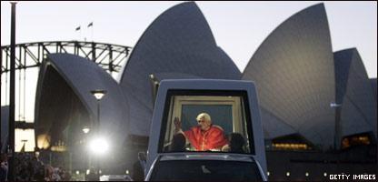 Benedicto XVI subido en el papamóvil en delante de la ópera de Sydney