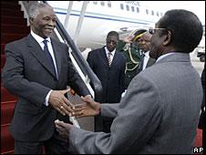 Thabo Mbeki (l) greets Robert Mugabe (r) in Harare, 21 July 2008