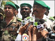 General Mohamed Ould Abdelaziz (r) with unidentified junta members in Mauritania