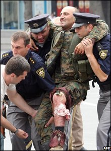 Georgian policemen evacuate a Georgian soldier in the town of Gori, Georgia (08/08/2008)