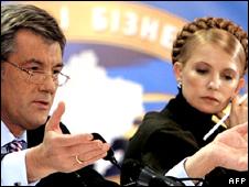 Ukrainian President Viktor Yushchenko (l) and Prime Minister Yulia Tymoshenko