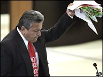 Francisco Cisneros, miembro de la Asamblea Constituyente de Ecuador, rechaza en un discurso la nueva Constitución