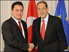 EU foreign policy chief Javier Solana (R) welcomes Turkish Foreign Minister Ali Babacan at the EU headquarters in Brussels (15/09/2008)