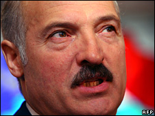 Alexander Lukashenko casts his vote (28 September 2008)
