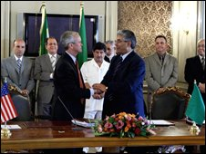 US Assistant Secretary of State for Near Eastern affairs David Welch (l), and Libyan Deputy Foreign Minister Ahmad Fitouri (14.8.2008)