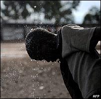 Joven se refresca en uno de los refugios para los abandonados por estar infectados en Goma.