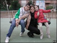 Claudia Castillo con sus hijos