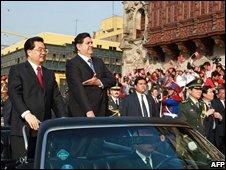President Hu Jintao (left) and Preident Alan Garcia (right) travel through Lima on 19 November