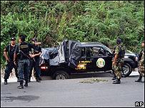 Autoridades peruanas en el lugar de la emboscada