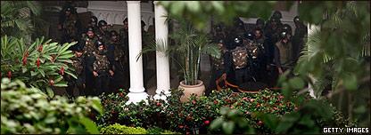 Comandos en uno de los jardines