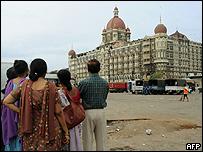 Familia india observa el hotel Taj Mahal en Bombay