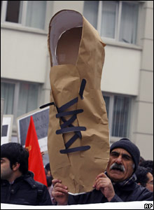 Turkish leftists protest outside the US embassy in Ankara 18/12/2008