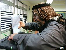A man casts his vote in Baghdad, Iraq (31/01/2009)