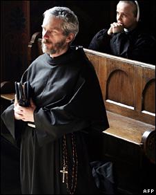 Polish priest and nun pray in Krakow (2005)