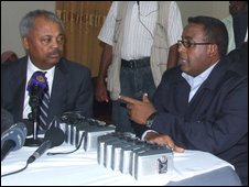 Donald Payne (L) talks with Somalia Prime Minister Omar Abdirashid Ali Sharmarke (R) on Monday 13 April 2009 in Mogadishu