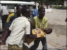 People rush a wounded civilian to hospital in Mogadishu, on 20 June 2009