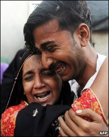 Pakistani relatives mourn the death of a stampede victim in Karachi on 14 September 2009