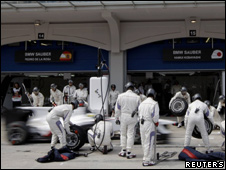 Sauber mechanics change tyres on a car at the Turkish Grand Prix