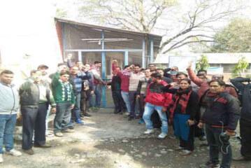 कर्मियों ने की पेयजल निगम के कार्यालयों में तालाबंदी