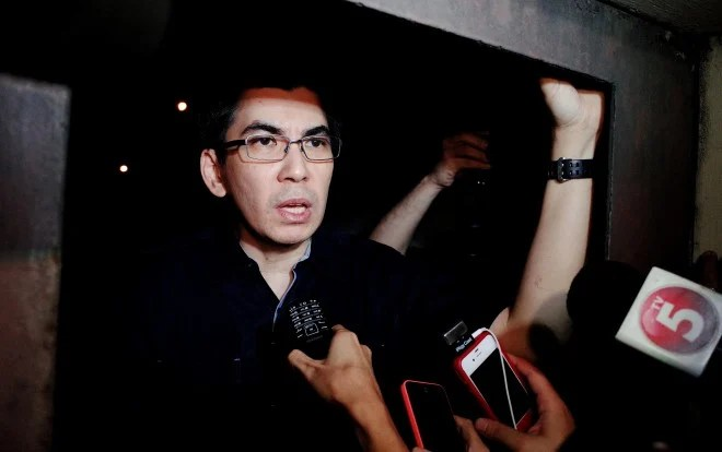 "Felix Nathaniel ""Angel"" Villanueva Manalo speaking to the media after denying hostage reports early Friday. CONTRIBUTED PHOTO"