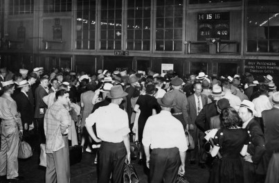 Labor Day crowd gathers at Pennsylvania Station at then end of World War II. (Pittsburgh Press photo)