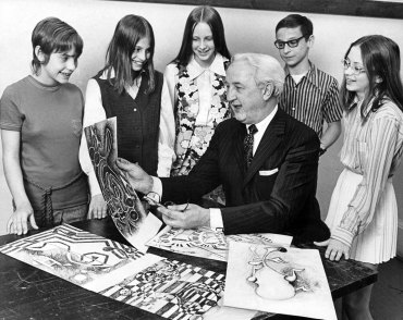 Fitzpatrick, art supervisor at the Carnegie Institute, with award-winning high school artists in 1971. (Kent Badger/The Pittsburgh Press)