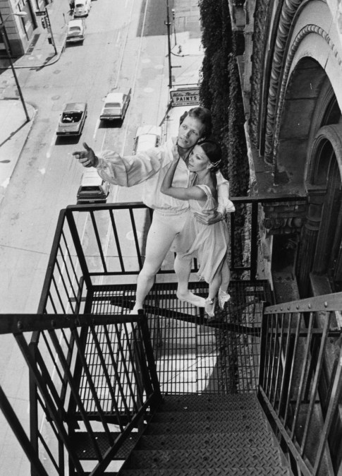 Aug. 23, 1977: Jo Ann McCarthy and Dennis Poole as Romeo and Juliet on a balcony in Downtown Pittsburgh. (Pittsburgh Post-Gazette)