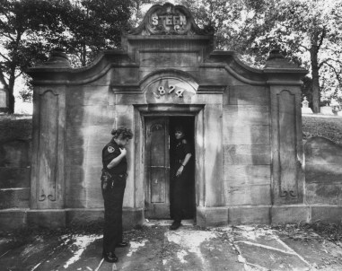 Sept. 9, 1988: Officers guard the Steen vault at Chartiers Cemetery in East Carnegie. The vault was broken into and family member remains strewn about inside. (Marlene Karas/The Pittsburgh Press)