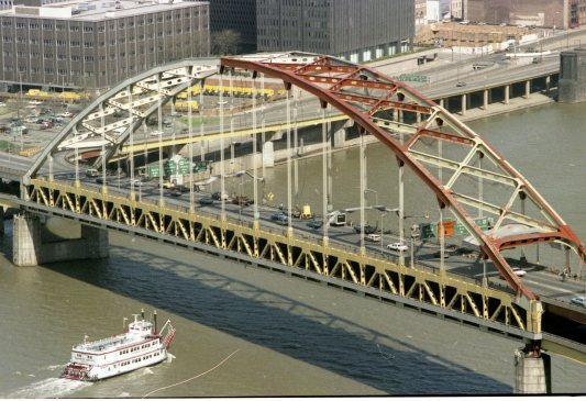 The Fort Pitt Bridge in the process of being painted in 1981. (Post-Gazette photo)