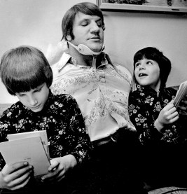 Twins sons Danny, left, and Darryl looks over get-well cards with Bruno Sammartino in 1976. (Andy Starnes/The Pittsburgh Press)