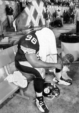 Brentson Buckner hides his head under a towel after the Steelers' comeback attempt fell short against the Cowboys in Super Bowl XXX. (Peter Diana/Post-Gazette)