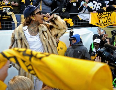 Khalifa entertains the crowd before a Steelers-Broncos Sunday at Heinz Field in December 2015. (Matt Freed/Post-Gazette)