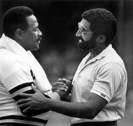 Willie Stargell shakes hands with Steelers legend Franco Harris in 1982. (Pittsburgh Press)