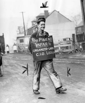 A counterprotester walks an AFL picket line to show support for the CIO. Photo published Feb. 17, 1947. (Pittsburgh Press)