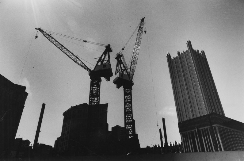 Cranes starting construction for Fifth Avenue Place in May of 1986. (Andy Starnes/Pittsburgh Press)