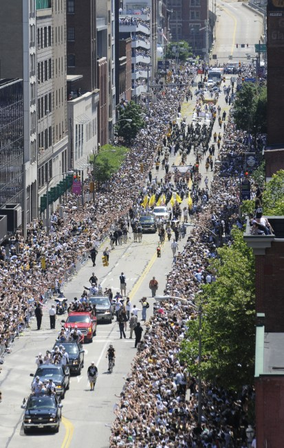 Fans attend the Penguins Stanley Cup parade, June 15, 2009, in Downtown. (Andy Starnes/Post-Gazette)