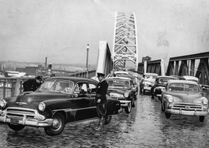 Police set up a roadblock at the West End Bridge, not far from the prison. (Post-Gazette archive)