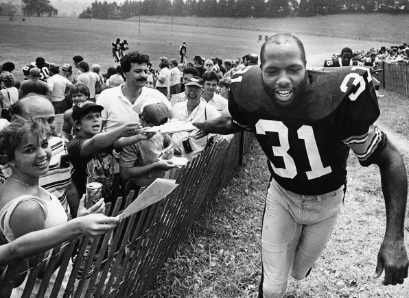 Donnie Shell slaps hands with fans at Steelers training camp in Latrobe in 1986.